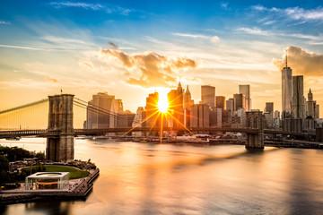Fototapete - Brooklyn Bridge and the Lower Manhattan skyline at sunset