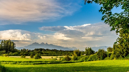 Golden Ears mountain seen from Derby Reach in Langley British Columbia Fototapete