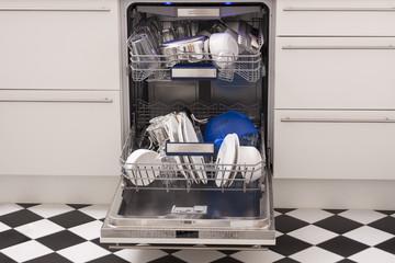 Geschirrspüler mit sauberem Geschirr und blauem Licht