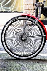 Détail de véhicule de collection, le vélo américain, roue et rayons