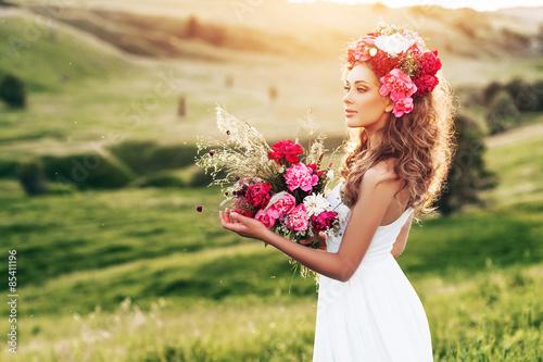 Девушка в поле с венком на голове без смс