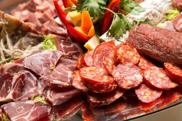 Salami italiani in primo piano, colori caldi