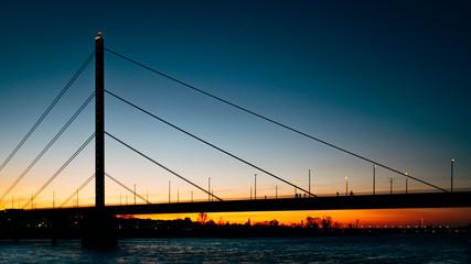 Oberkasseler Brücke in der Dämmerung