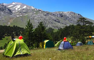 çadır kampı ve etkinlik için dağcıların toplanmaları