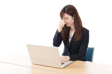 パソコン 仕事 OL 女性 ドライアイ 眼精疲労