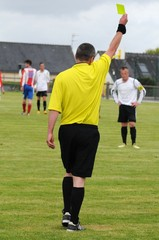 le carton jaune de l'arbitre au football
