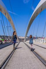 Femme et fillette sur le Pont Raymond Barre à Lyon