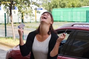 Frau jubelt über Ihren Führerschein