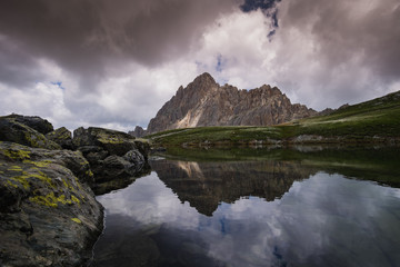 Foto auf AluDibond Reflexion Panorama di montagna sulle Alpi del Piemonte in estate