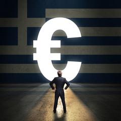 Geschäftsmann steht vor leuchtendem Euro-Portal in einer Griechenland-Wand