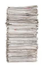 Zeitungsstapel vor einem weißen Hintergrund