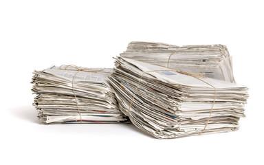 Drei Zeitungsbündel vor einem weißen Hintergrund