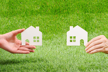 芝生と住宅のイメージ
