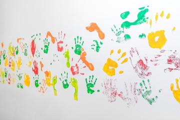 Hand-und Fußabdrücke an weißer Wand