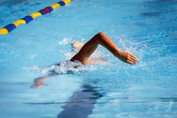 Natación en piscina de verano