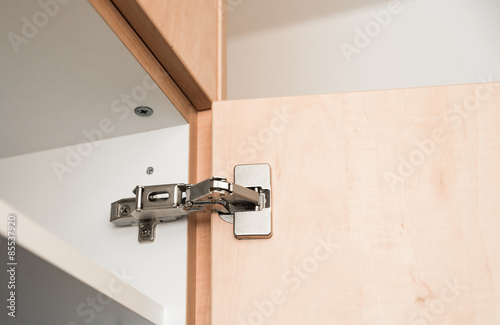 scharnier f r schrankt r montieren stockfotos und lizenzfreie bilder auf bild. Black Bedroom Furniture Sets. Home Design Ideas