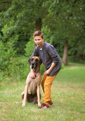 Jugendlicher mit Deutscher Dogge