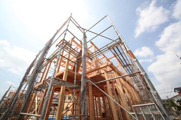 木造2階建て住宅の建築現場 イメージ 木造軸組工法 見上げる