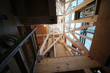 狭小住宅 木造3階建て住宅の建築現場 イメージ 木造軸組工法 見上げる