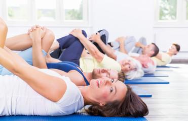 Sportgruppe beim Erwärmen der Muskulatur