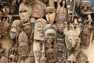Historische Masken auf einem Markt in Dakar (Senegal)