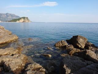 Живописные камни в морском заливе