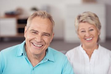 lachende senioren sitzen im wohnzimmer