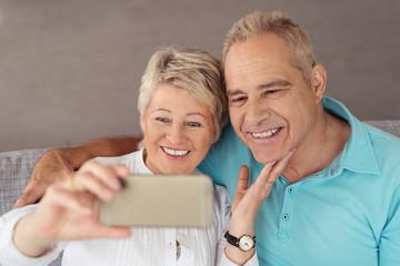 älteres ehepaar fotografiert sich mit dem handy