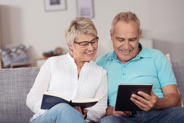 älteres paar schaut zusammen auf tablet-pc