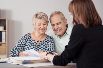älteres ehepaar lässt sich beraten