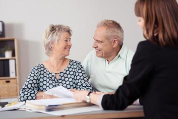 zufriedenes älteres paar in einem beratungsgespräch