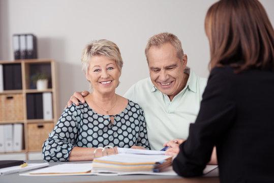 lächelnde senioren lassen sich beraten