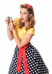 Pinup Girl besprüht sich mit Parfüm