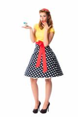 Pinup Mädchen hält einen Parfümzerstäuber
