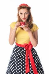 Junge Frau mit knallrotem Lippenstift hält eine Kaffeetasse