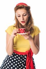 Pinup Girl hält eine Tasse Kaffee