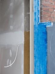 Nacktes Kabel aus der Wand eines Altbaus in der Sudbrackstraße in Bielefeld-Schildesche