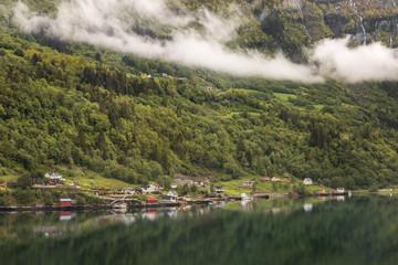 kleines Dorf im Fjord