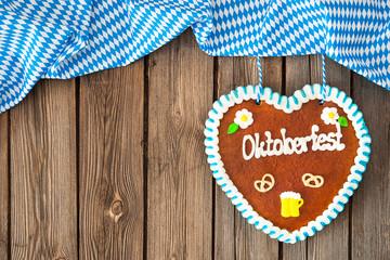 Lebkuchenherz auf Holzhintergrund. Oktoberfest