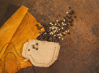 Tazza di caffè in tela di juta con chicchi di caffè su texture di ruggine.