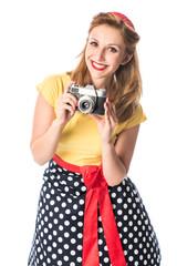 Pin up Girl macht einen Schnappschuß mit einer alten Kamera