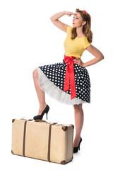 Pin up Girl mit Koffer hält Ausschau