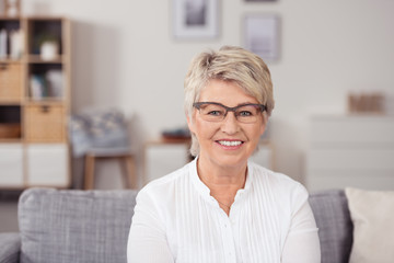 lächelnde senioren mit brille