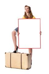 Frau mit Reisekoffer hält ein Werbeschild