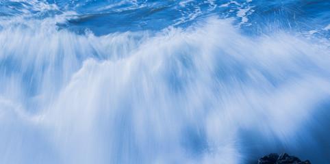 Blaue Welle als Frontalaufnahme lange Belichtungszeit