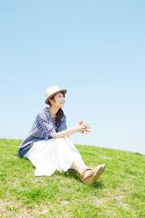 丘に座る女性