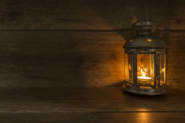 Lampion na drewnianych deskach