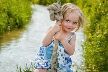 Девочка качается на тарзанке