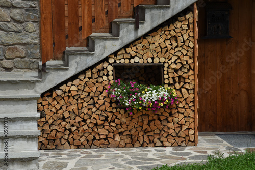 Decorazioni In Legno Per La Casa : Finestra con fiori catasta di legno con fiori decorazione casa