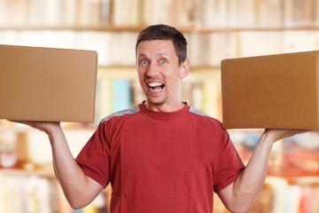 lachender Mann trägt 2 Kisten